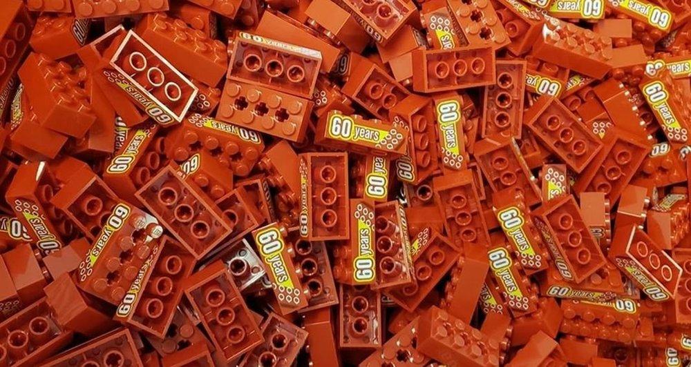 lego-bricklink-exklusiver-sonderstein-60-jahre-003.thumb.jpg.80b441e79fccf47f506fa3f8b1c2cc72.jpg