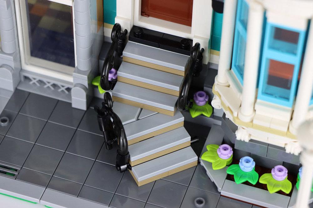 lego-creator-expert-10270-buchladen-bookshop-modular-building-treppe-eingang-2020-zusammengebaut-andres-lehmann.thumb.jpg.a8248feec720aa57527e7bd5d7db3294.jpg