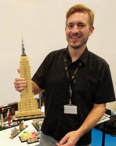 Rok Zgalin Kobe con il modello dell'Empire State Building